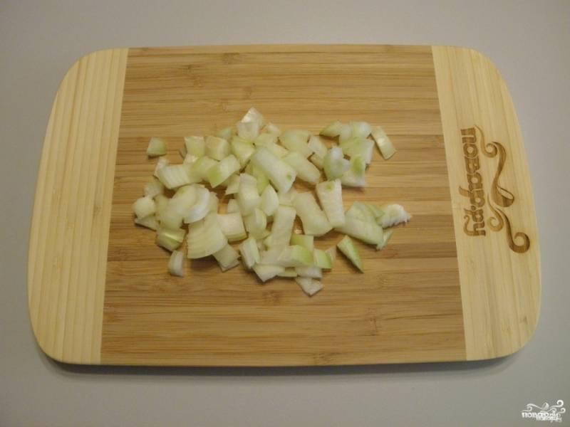 Очистите и порежьте мелко лук и морковь.