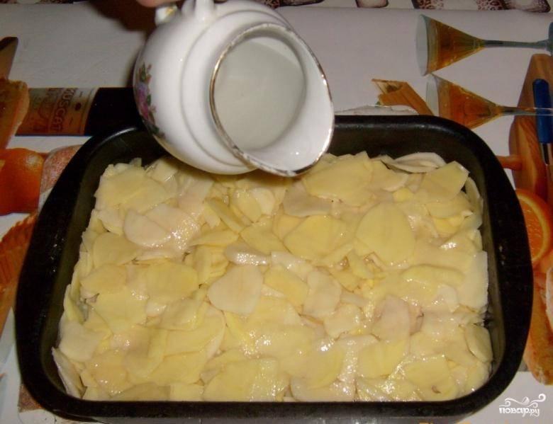 Форму для запекания смазываем растительным масло и выкладываем туда картофель. Добавляем немного воды, чтобы было сочнее.