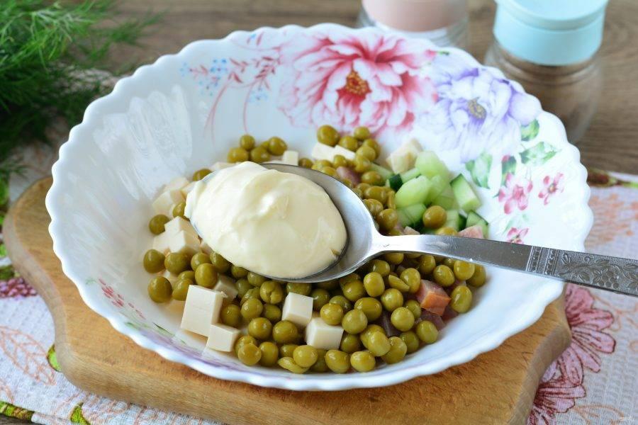 Салат посолите и поперчите по вкусу, добавьте майонез.