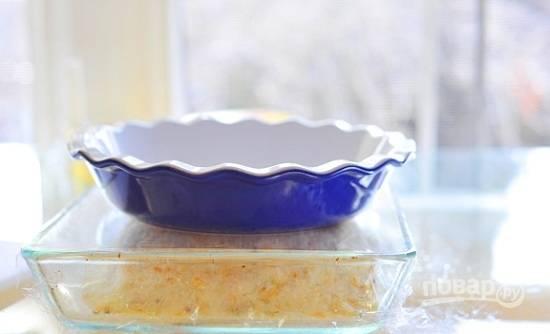 Накройте форму пищевой пленкой, сверху на рыбу в соли поставьте груз.