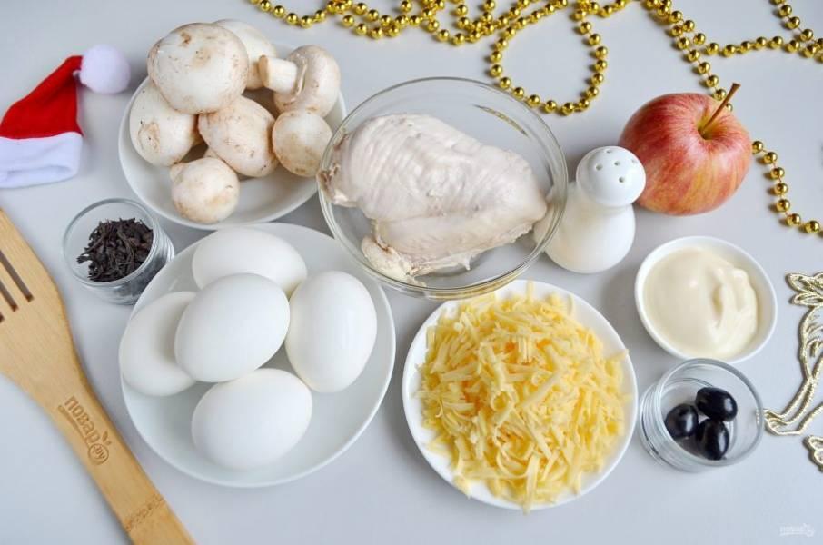 Подготовьте продукты. Отварите куриное филе, яйца, остудите. Закипятите 100 мл воды, заварите крепкий чай.