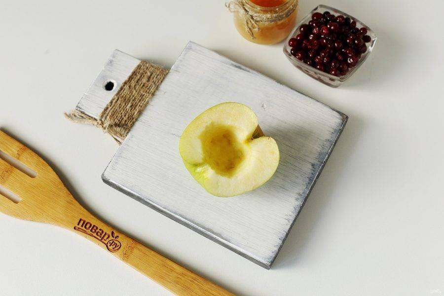 Яблоки разрежьте на 2 части и извлеките середину.