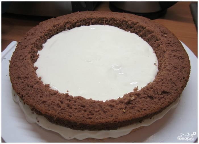 Шаг 6. На него поместите самый большой круг коричневого бисквита.