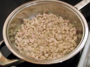 На растительном масле обжариваем измельченный лук и куриное филе. Примерно 15 минут.