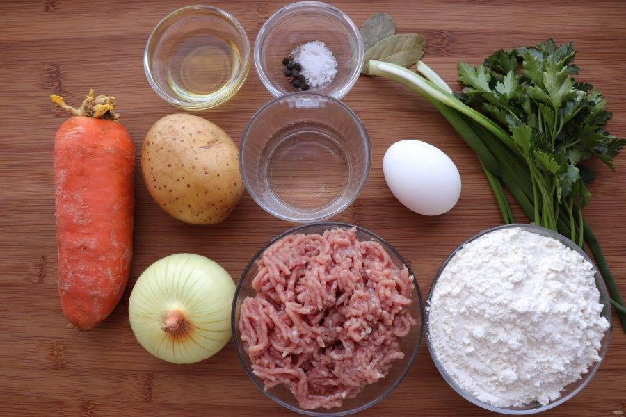 Подготовьте все необходимые ингредиенты. Овощной или мясной бульон можно приготовить заранее, а можно обойтись без него и сварить более легкий вариант супа на воде.