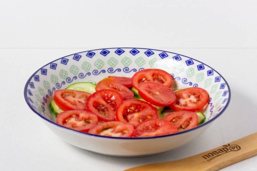 Второй –слой помидоров, нарезанных кружочками или полукругом. И повторяем слои ещё 1-2 раза.