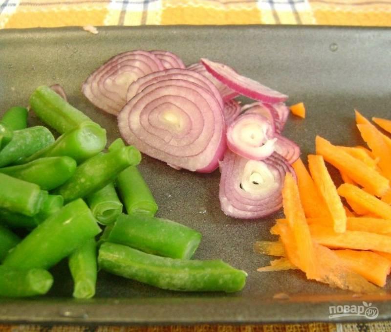 3. Лук нарезаем кольцами или полукольцами, морковь соломкой, фасоль на 2-3 части.