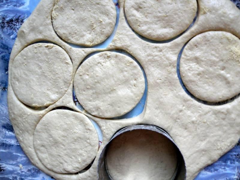Раскатайте тесто в пласт толщиной в 2 см. Вырубкой для теста нарежьте лепешки, окуная края выемки в муку.
