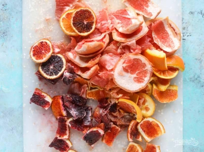 2. Мою апельсин, грейпфрут. Очищаю фрукты от кожуры и белых пленок, разделяю дольками. Мою и очищаю авокадо, нарезаю тонкими дольками. Готовлю заправку: в миску наливаю винный уксус, мед, добавляю дижонскую горчицу, чеснок, пропущенный через пресс. Лимон мою и натираю мелко цедру, выдавливаю лимонный сок. Вливаю тонкой струйкой оливковое масло и взбиваю венчиком.