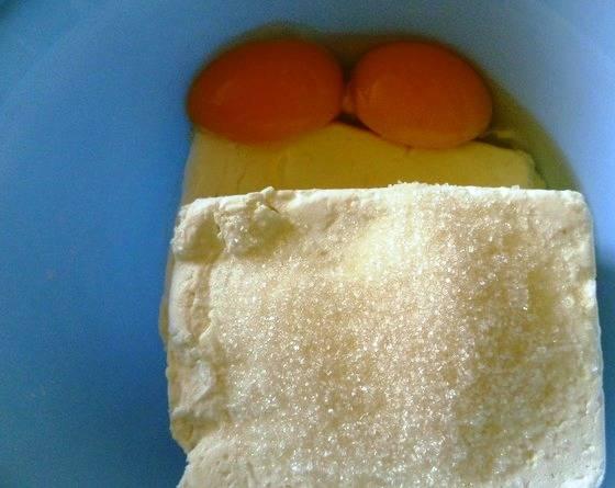 Творог разотрите с яйцами и парой ложек сахара.