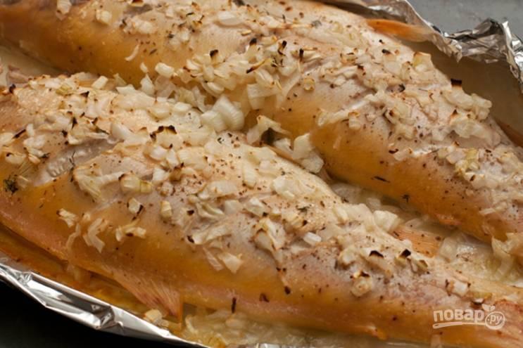 7.Готовую рыбку удалите из духовки, оставьте на противне на 15-20 минут, а затем уже переложите на тарелку и подавайте к столу.