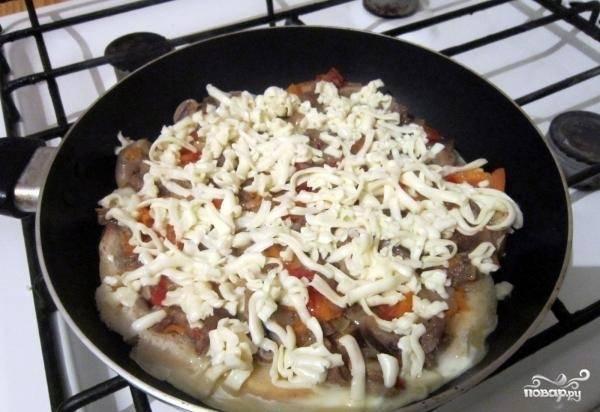 9.Натираем сыр, добавляем и его в сковороду, накрываем все крышкой и жарим минут 10.