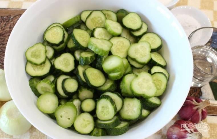 """Удалите """"попки"""" у огурцов, нарежьте овощи кружочками."""