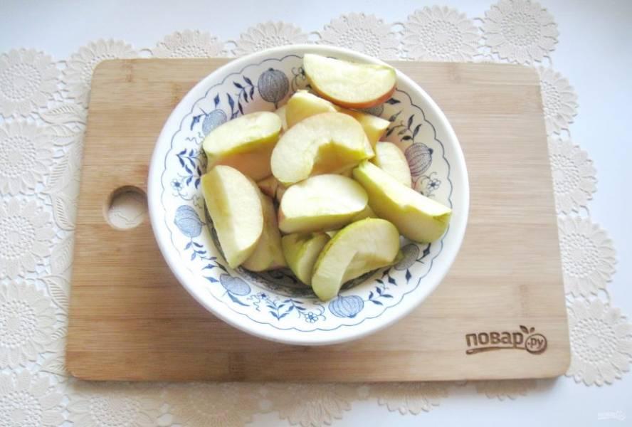 Яблоки помойте, разрежьте на четыре-пять частей и удалите семечки.