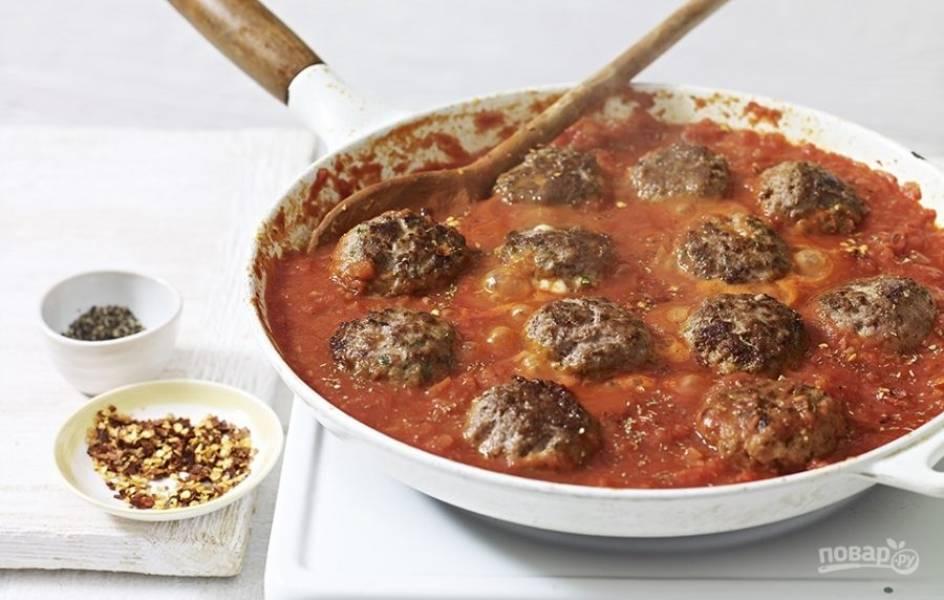 4. На отдельной сковороде сделайте зажарку из лука, моркови и томатной пасты. В зажарку переложите готовые митболы, прогрейте в течение 5 минут и подавайте к столу!