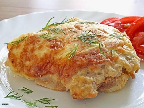 7. Подаем на листе салата и украшаем зеленью. К мясу можно приготовить гарнир.