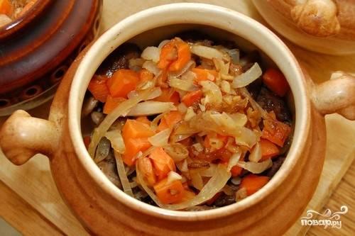 8.Выкладываем все ингредиенты в горшочки. Солим, перчим. Можно добавить специи на свое усмотрение. Прекрасно подойдут «хмели-сунели», а также приправки для овощей.