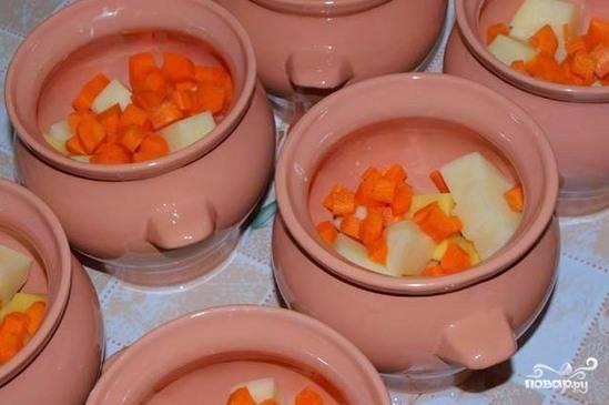 Горшочки для запекания смажьте изнутри растительным маслом. Выложите в них овощи так, чтобы горшочки заполнились на две трети. Затем добавьте немножко воды в каждую емкость.