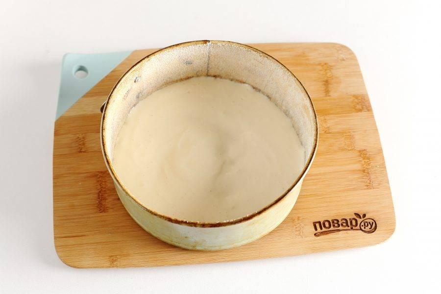 Форму для запекания смажьте растительным маслом. Дно и бока можно посыпать мукой или манкой. Вылейте примерно половину порции теста.