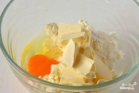 1. Перед тем как приготовить плавленый сыр с грибами, положите в удобную посуду мягкое сливочное масло, яйцо, творог, соль и соду.