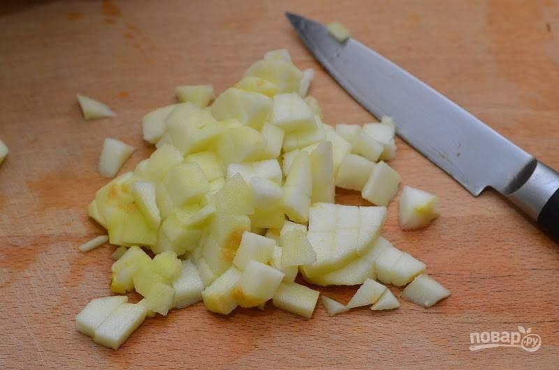 4. Яблоко очистите и нарежьте мелкими кубиками. Можно полить немного лимонным соком и присыпать корицей, например.