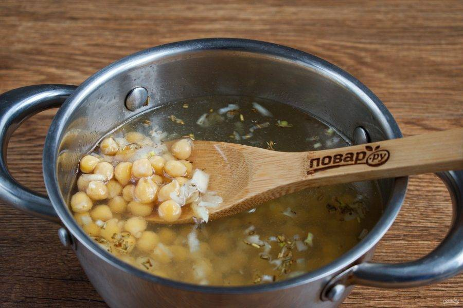 Сложите в кастрюлю чеснок с розмарином, отварной нут, залейте  бульоном. Доведите до кипения, варите в течение 5 минут.