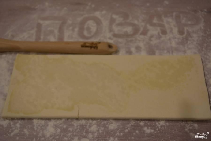 Раскатайте тесто на столе, присыпанном мукой.