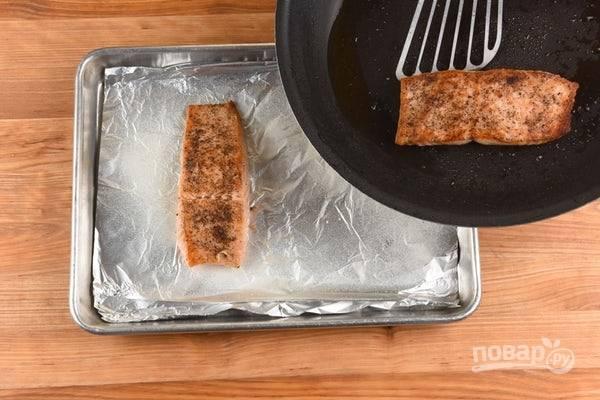 2. Рыбу смажьте солью и перцем. Затем обжарьте филе с каждой стороны по 3 минуты в разогретом масле.