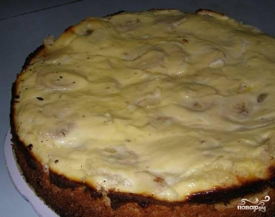 Ставим в разогретую до 200 градусов духовку на 30 минут. Разрезаем пирог на кусочки, когда он остынет, и пробуем.