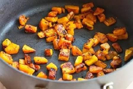 4. Когда грибочки обжарились, снимите их со сковороды, а вместо них выложите обжариваться тыкву.