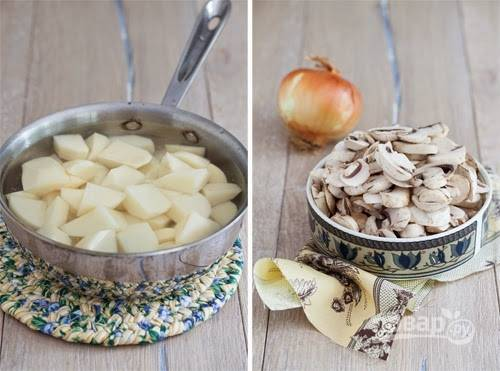 1. Вот они — основные ингредиенты, которые потребуются для приготовления блюда. Картофель очистите, залейте водой и поставьте на огонь. После закипания посолите по вкусу и варите до готовности. Вымойте, обсушите и нарежьте тонкими ломтиками грибы.