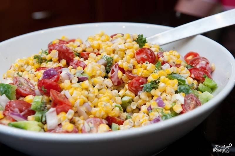 Салат из помидоров и кукурузы