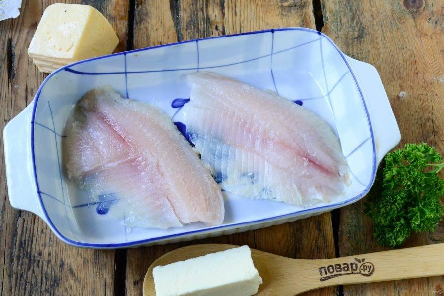 Положите филе тилапии в форму для запекания, смазанную растительным маслом, и отправьте в духовку, разогретую до 180 градусов, на 15-20 минут.