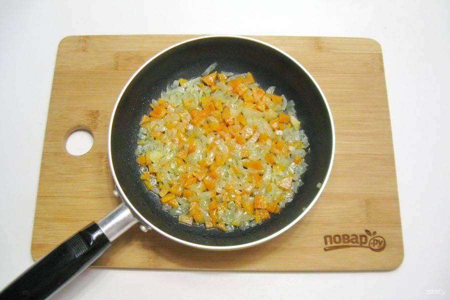 Налейте подсолнечное масло и жарьте лук с морковью в течение 10-12 минут, перемешивая, на среднем огне до мягкости.