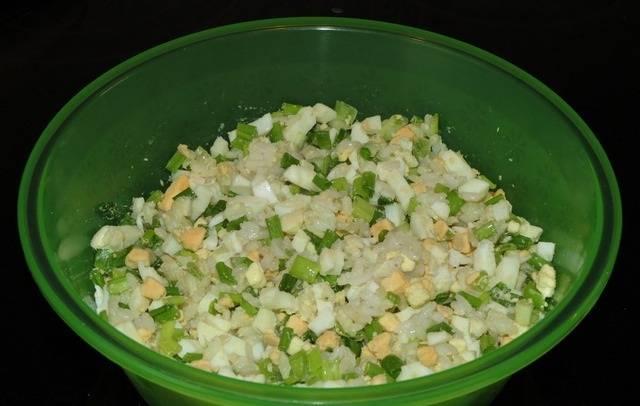 3. Для начинки также необходимо отварить вкрутую яйца, а затем нарезать мелкими кубиками. Также понадобится сваренный до полуготовности рис. Все ингредиенты начинки соединить и как следует перемешать. Подсолить при желании и поперчить немного.