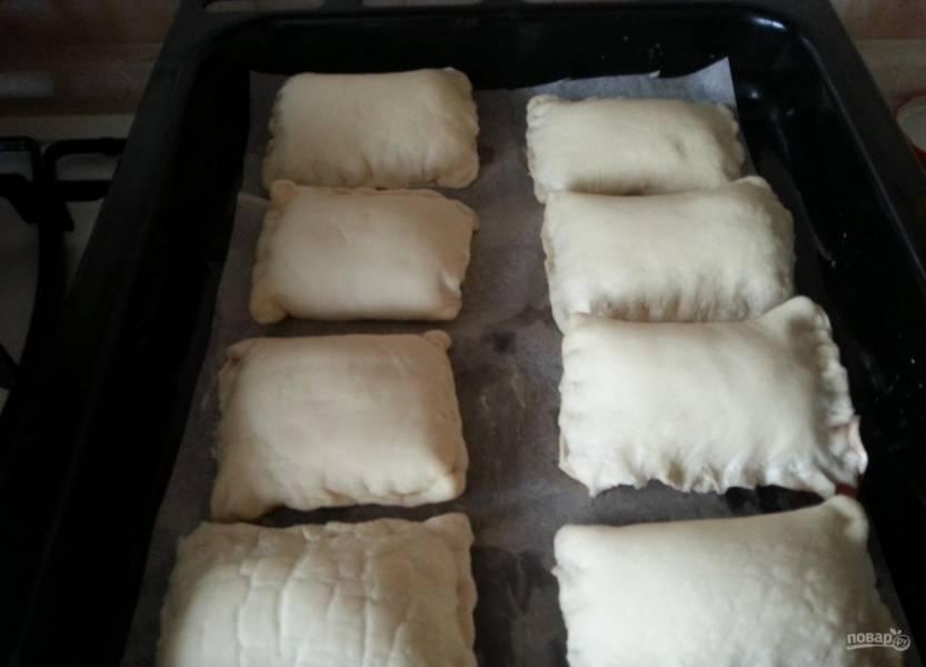 4.Противень застилаю бумагой для выпечки, выкладываю булочки, но не в притык, ведь в процессе выпекания выпечка поднимется. Смазываю булочки обычной водой, оставляю на 30 минут.