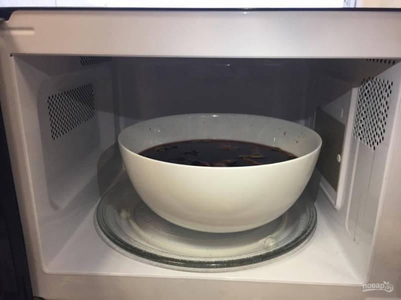 Поставьте миску в микроволновую печь, выставьте максимальную мощность и нагревайте напиток около 7-8 минут. Следите, чтобы вино не кипело.