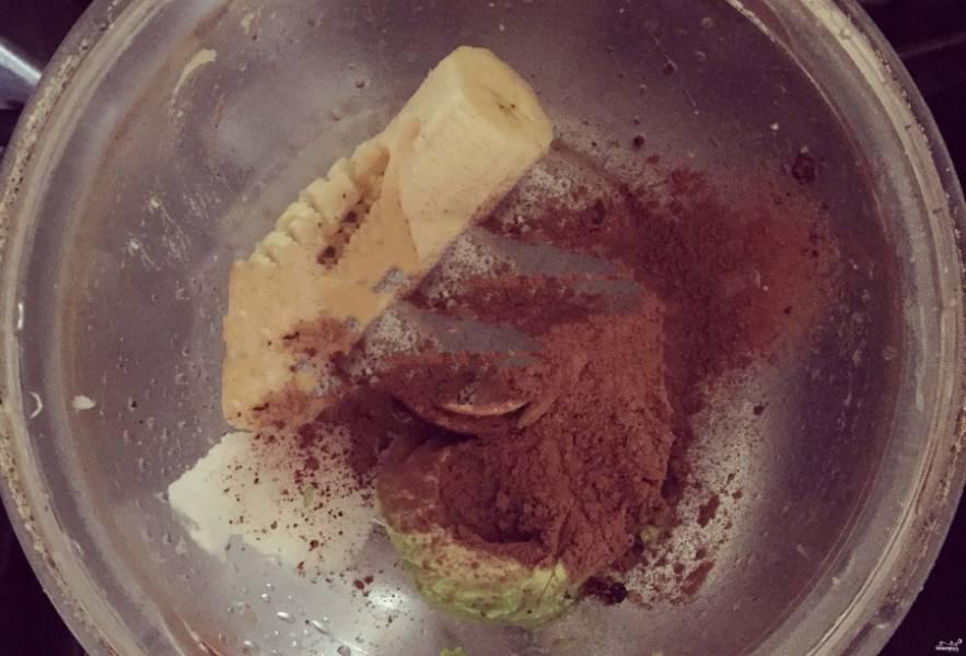Тесто кладем в форму и отправляем в морозилку совсем ненадолго. А пока готовим начинку. Для этого соединяем авокадо с бананом (1/2), какао и маслом кокоса. Крем выкладываем в формочку поверх теста. Убираем пирог в морозилку на полчасика.