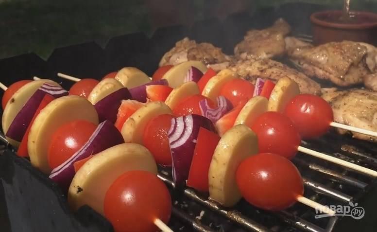 9. Лук нарежьте на 4 части, болгарский перец — на небольшие куски, молодую картошку — пластинками. Наденьте все овощи на деревянные шпажки, намажьте их приготовленным сиропом. Переложите на мангал, переворачивайте до готовности.