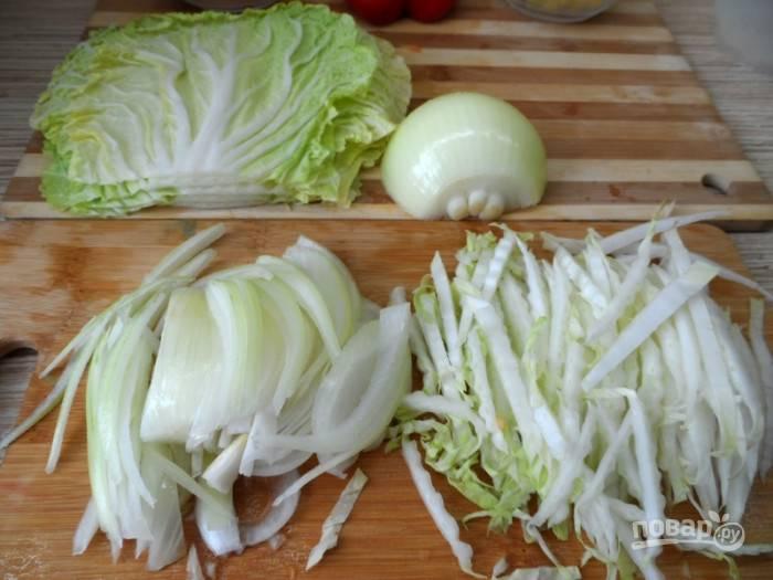 С листьев капусты отделите черешки. Нарежьте их соломкой вдоль волокон. Половинку луковицы нарежьте полукольцами.