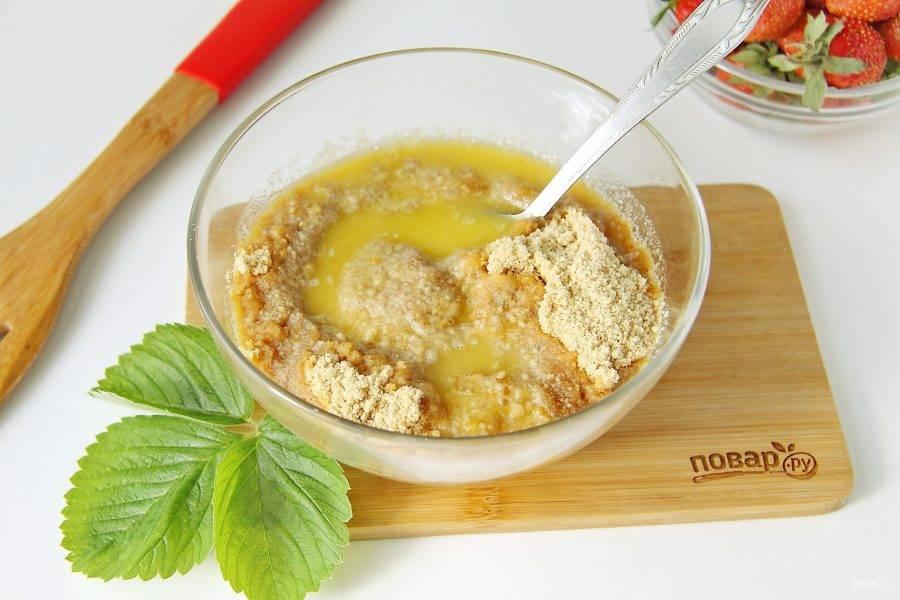 Измельчите печенье в блендере или при помощи мясорубки до однородного состояния. Добавьте растопленное сливочное масло.