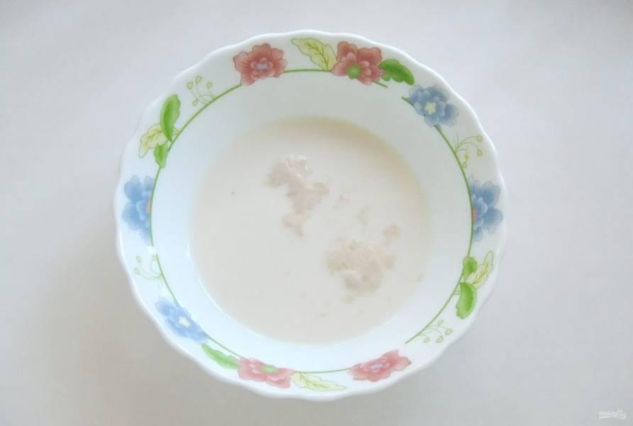 Приготовьте тесто. Для этого слегка подогрейте молоко. Добавьте столовую ложку сахара и дрожжи. Оставьте массу на 10-15 минут, чтобы дрожжи вспенились.