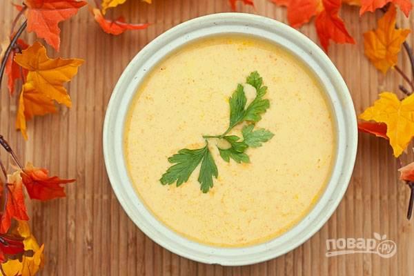6.Разлейте готовый суп по тарелкам и украсьте зеленью, подавайте сразу. Приятного!