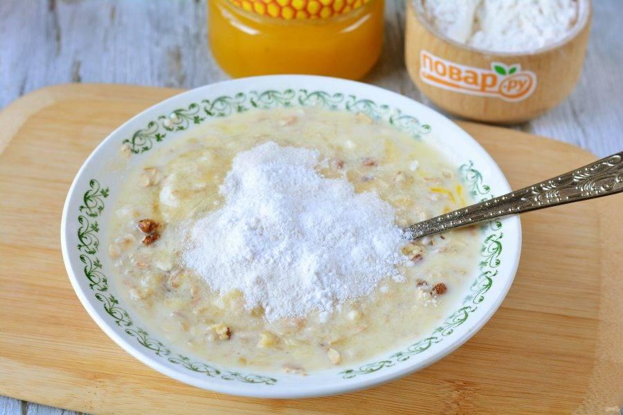 Всыпьте пару ложек рисовой муки, разрыхлитель и немного ванильного сахара.