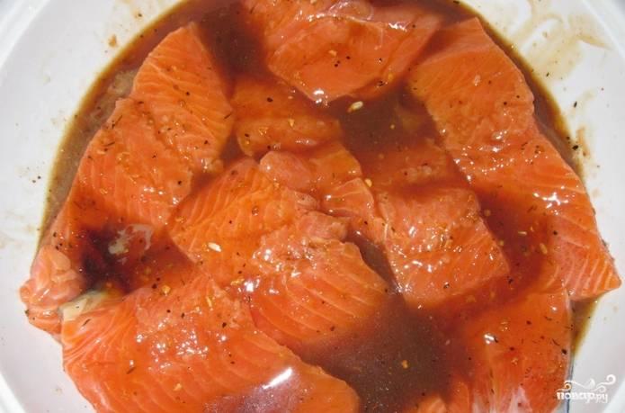 Филе кижуча нарезаем кусочками и складываем в глубокую тарелку. Заливаем соевым соусом и присыпаем специями. Ставим в холодильник на 1 час.