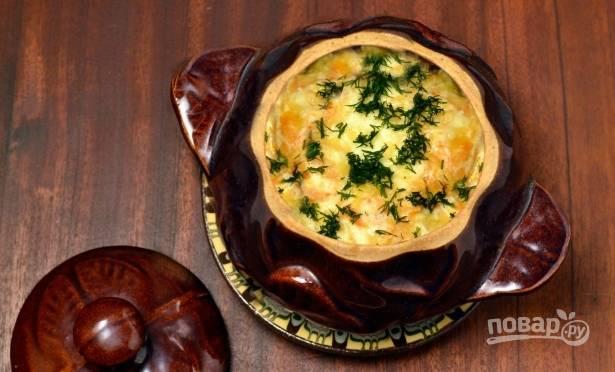 За 10 минут до готовности снимаем крышки с горшочков, чтобы сырный соус подрумянился. А перед подачей на стол судак с картофелем посыпаем мелко нарезанным укропом.
