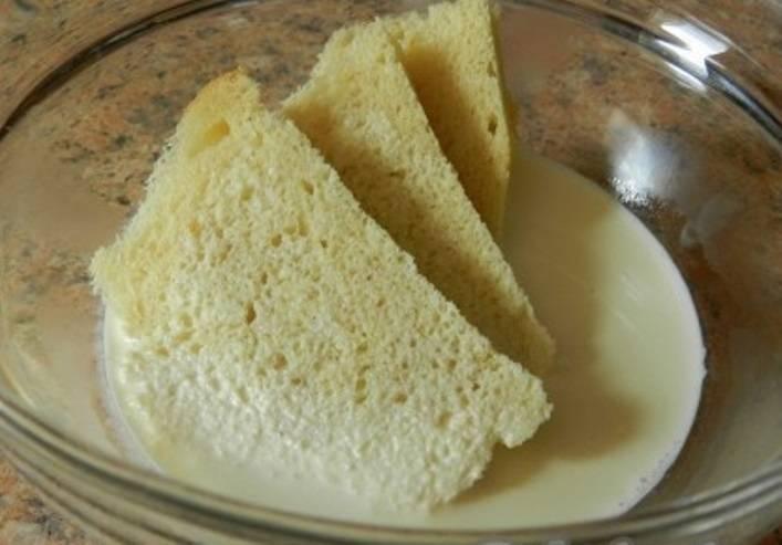 Мякоть хлеба размочите в теплых сливках.
