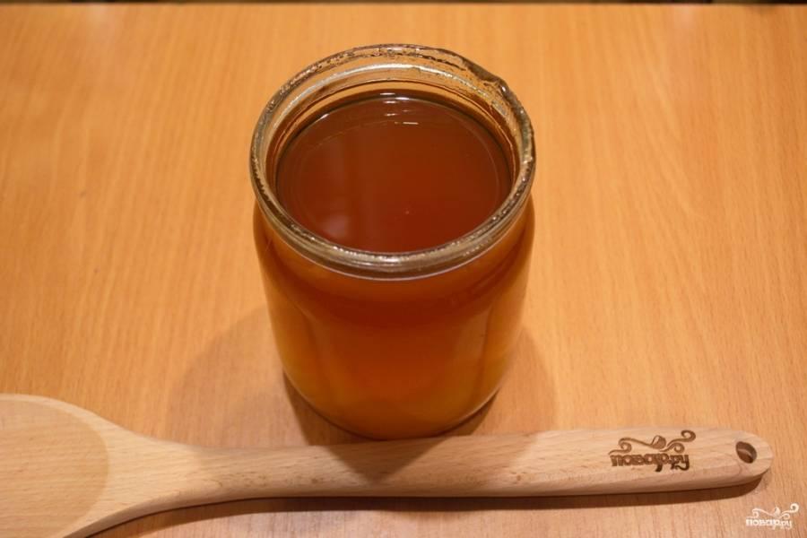 Подавите апельсины. Дайте напитку настояться около 10 минут. Когда напиток немного остынет, добавьте в него по вкусу мёд.
