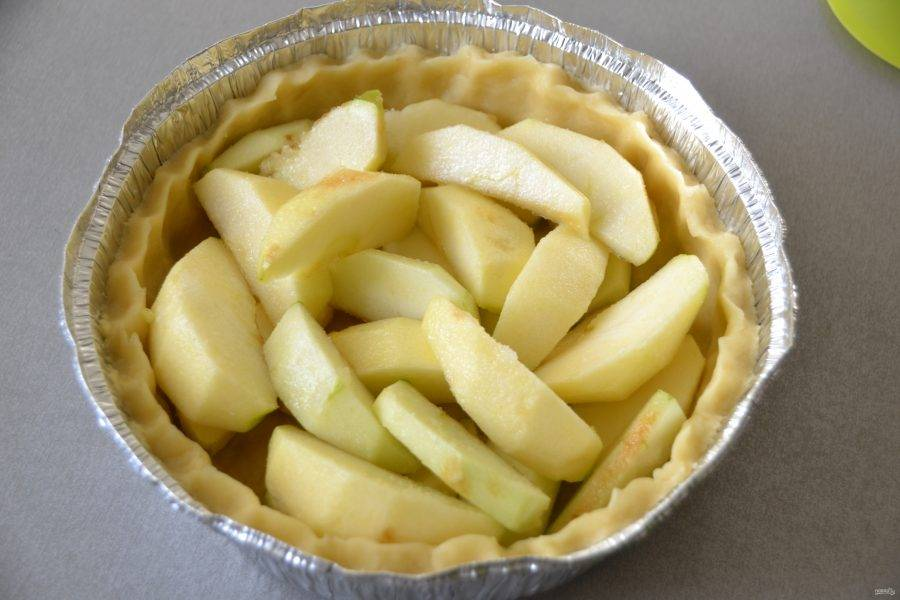 Выложите в форму яблочные дольки.