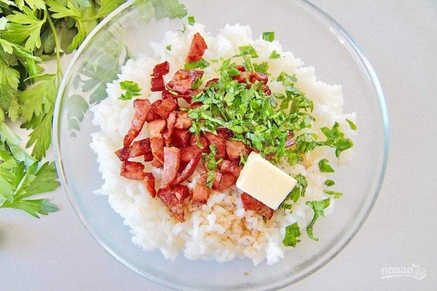Добавьте сливочное масло, измельченную петрушку и соевый соус.